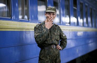 Rauchender Soldat vor dem Zug
