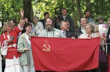 Gaeste mit sowjetischer Flagge