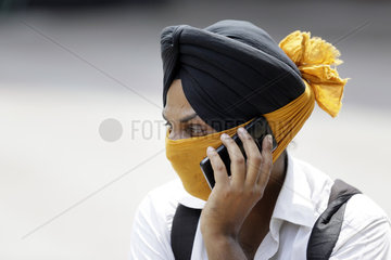 Ein junger Mann mit Handy