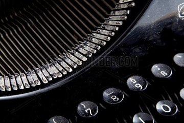 Antike verstaubte Schreibmaschine