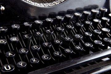 Tastatur einer antiken verstaubten Schreibmaschine