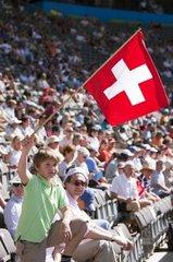 jugendlicher Zuschauer mit Schweizer Flagge