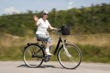 Frau  50   auf einem Damenfahrrad