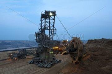 Schaufelradbagger in einem Tagebau in der blauen Stunde