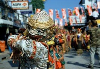 Taenzer einer Folklore Gruppe in traditioneller Tracht