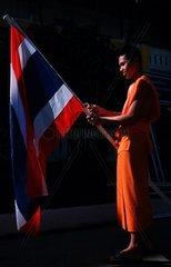 Buddhistischer Moench mit Thailandflagge