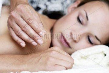 Junge Frau bei Akupunkturbehandlung in einer Naturheilpraxis