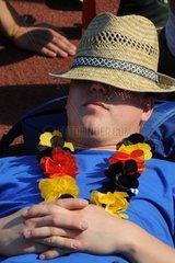 Deutscher Fussballfan beim Public Viewing WM 2010 macht eine Pause