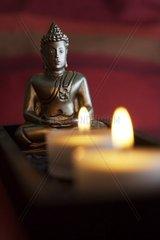 Buddhafigur vor Teelichtern