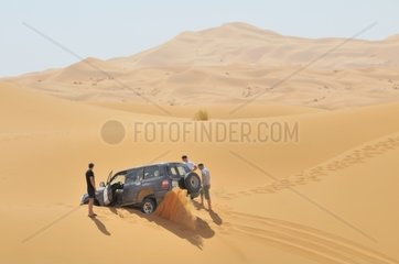 Festgefahrenes Gelaendefahrzeug in den Sandduenen  Erg Chebbi  Marokko  Afrika