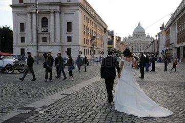Brautpaar vor dem Vatikan
