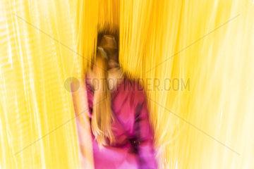 Maedchen im Spaghettivorhang im Erfahrungsfeld der Sinne