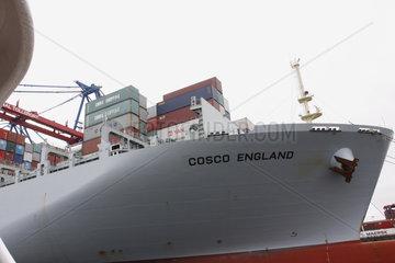 Containerschiff Cosco im Hamburger Hafen