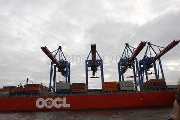 Containerschiff OOCL im Hamburger Hafen