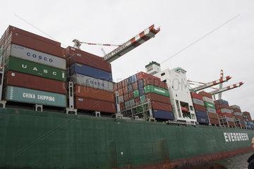 Containerschiff Evergreen im Hamburger Hafen