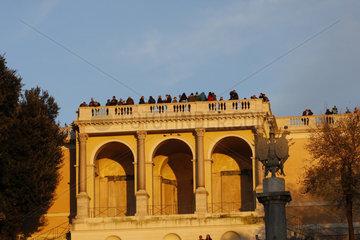 Touristen auf die Pincio Terrasse in der Abendsonne