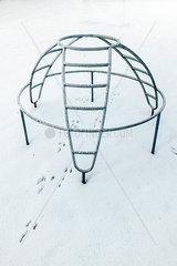 Klettergeruest im Schnee