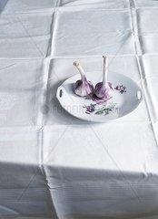 Knoblauch auf Teller mit Rosendekor