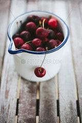 Rote Kirschen in einer Kanne