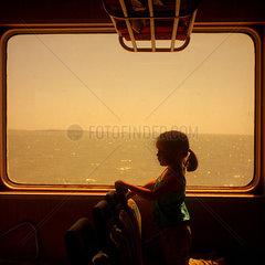 Petite fille sur un bateau