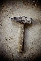 Ein Hammer liegt auf dem Fussboden