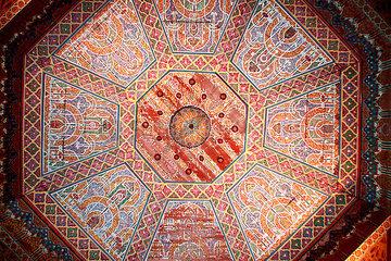 Verzierte Zimmerdecke im Mausoleum in Marrakesch