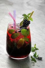 Cocktail mit Brombeeren und Minze