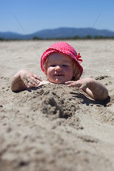 Kind im Sand eingebuddelt