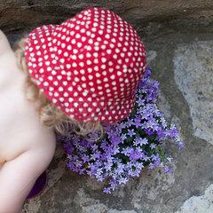Maedchen riecht an Blume