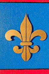 Fleur-de-Lys auf Blauer Wand
