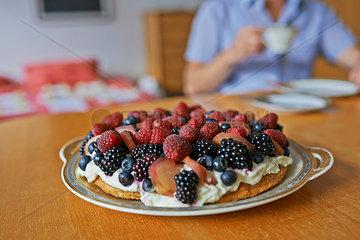 Kaffee und Kuchen mit Beeren