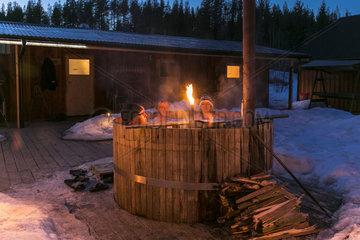 Abendlicher Badespass im Zuber vor der Sauna