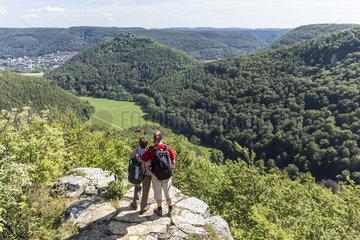 Wander Paar mit Aussicht auf die Schwaebische Alb