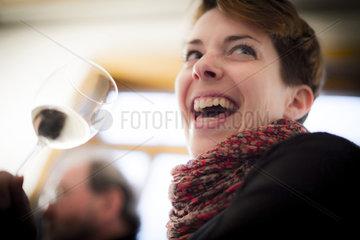 Junge Frau erfreut sich des Weines