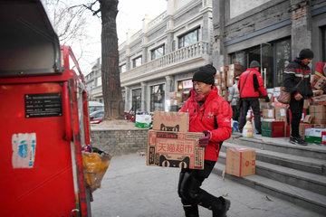 Xinhua Headlines: From nobody to somebody  China's deliverymen work hard for better life