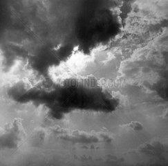 Sonne hinter Wolken s/w