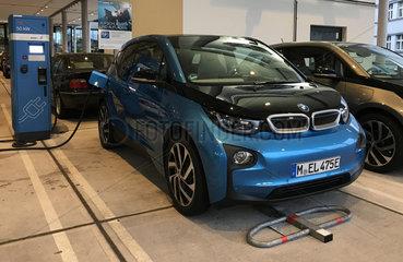 Berlin  Elektroauto wird aufgeladen