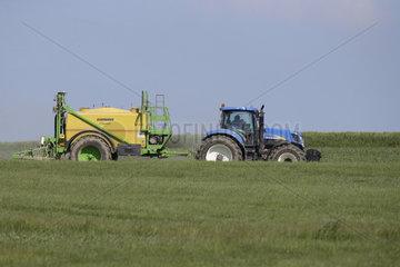 Oberoderwitz  Deutschland  Landwirt duengt sein Feld