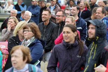 Hamburg  Menschen beim Galopprennen
