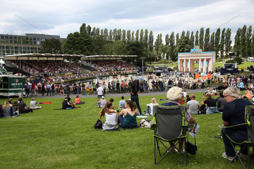 Berlin  Zuschauer beim Global Jumping Berlin im Sommergarten der Messe Berlin