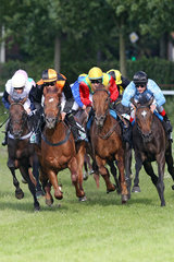 Hamburg  Pferde und Jockeys im Bogen