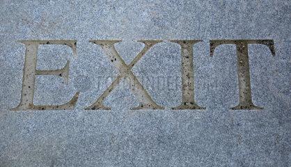 Berlin  Deutschland  das Wort Exit auf Granitboden eingraviert