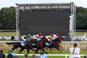 Hannover  schwarzer Bildschirm auf der Videoleinwand waehrend eines Galopprennens
