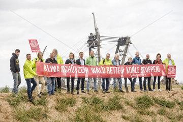 Vertreter der Kohlekommission besuchen den Hambacher Forst