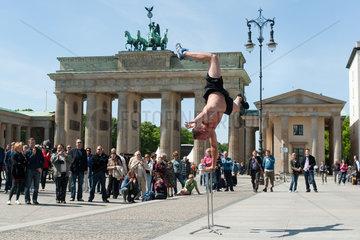 Berlin  Deutschland  Strassenkuenstler auf dem Pariser Platz
