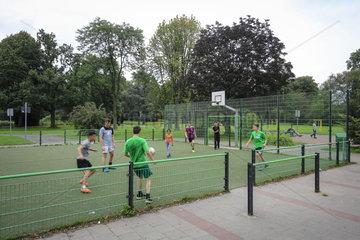 Essen  Ruhrgebiet  Jugendliche spielen Fussball auf dem Bolzplatz im Kaiser-Wilhelm-Park