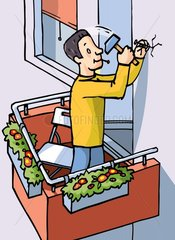 Mann auf dem Balkon