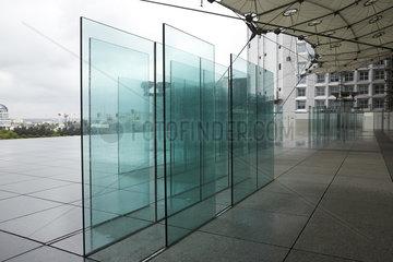 Puteaux  Ile-de-France  Frankreich - Im La Grande Arche. Koerperhohe Glasplatten sind kunstvoll als Trennwand montiert.