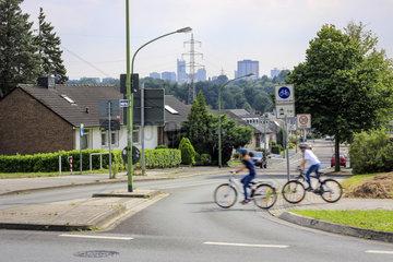 Essen  Ruhrgebiet  Fahrradstrasse mit jugendlichen Radfahrern in der Essener Nordstadt