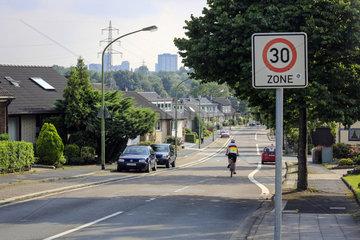 Essen  Ruhrgebiet  30-Zone  Fahrradstrasse mit Radfahrer in der Essener Nordstadt